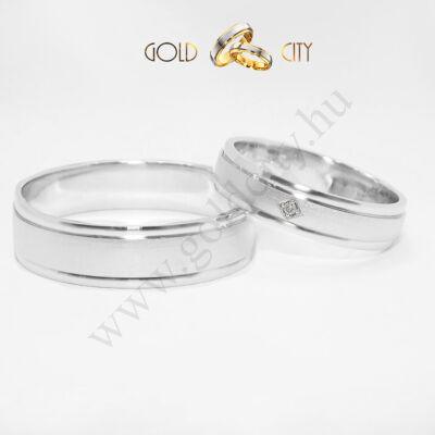 Modern, közepén matt aranykarikagyűrű. Az ékszer 14 k aranyból készül,