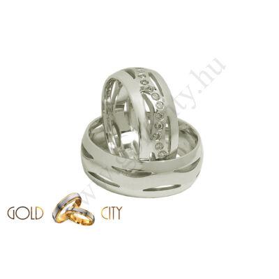 Különleges áttört mintájú karikagyűrű, fehér aranyból, a női kövekkel díszítve.
