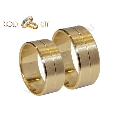 Modern széles 14 karátos sárga aranyból készült karikagyűrű.