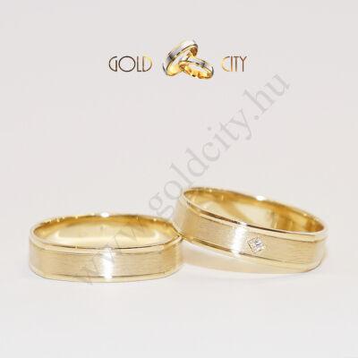 Selymesen fénylő kívül szögletes, 14 karátos sárga aranyból készült karikagyűrű.