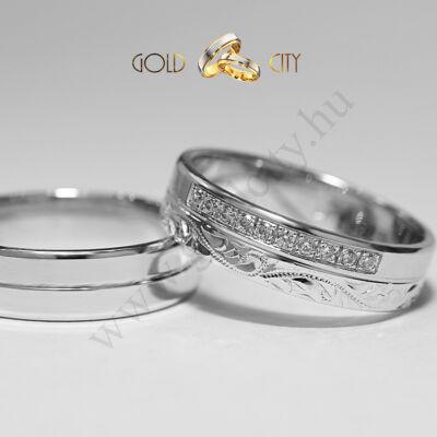 Szolidan elegáns 14 karátos fehér arany karikagyűrű  kézi véséssel.