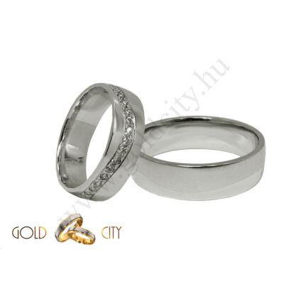 Modern, fehér arany  karikagyűrű, a női változat sok kővel díszítve.