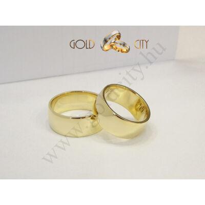 Széles, 14 karátos sárga aranyból készült fényes karikagyűrű.