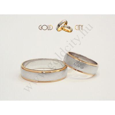Fényes rozé és matt fehér arany karikagyűrű a nőiben kövekkel.