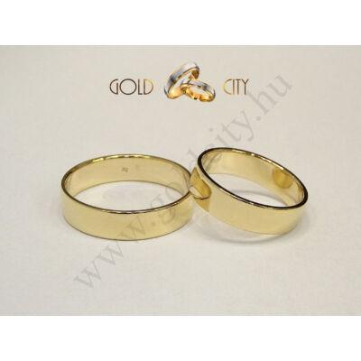 Klasszikus, fényes, 14 karátos sárga arany karikagyűrű.