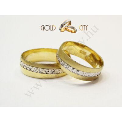 Matt sárga arany és csillogó véséssel díszített fehér arany karikagyűrű.