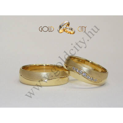 Matt és fényes, 14 karátos sárga aranyból készült hullámos karikagyűrű a nőiben kövekkel.