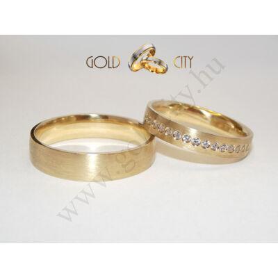 Szálcsiszolt matt, sárga arany karikagyűrű, a női változatban kövekkel.