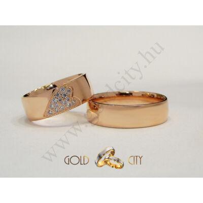 Rozé arany karikagyűrű a női változatban különleges kőfoglalással.