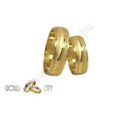 Selymes fényű sárga arany karikagyűrű fényes csíkkal.
