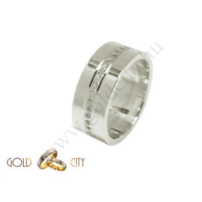 Modern fehér arany karikagyűrű, a női változat sok kővel díszítve.