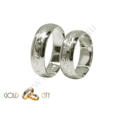 Kézzel vésett, fehér aranyból készült karikagyűrű.