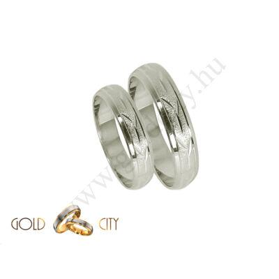 Fehér arany karikagyűrű véséssel díszítve Ékszer Webáruházból.