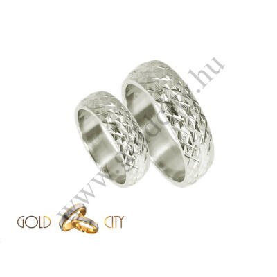 Fehér aranyból készült 14 karátos karikagyűrű csillogó mintával
