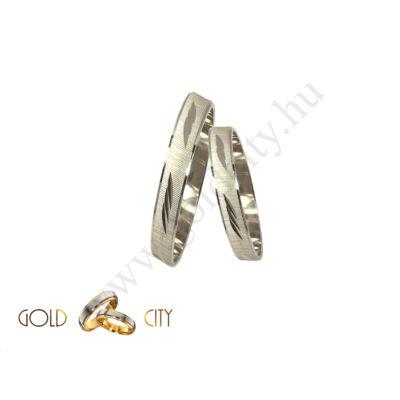 Fehér arany karikagyűrű véséssel díszítve Ékszer Webáruházból