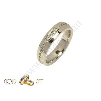 Fehér,arany karikagyűrű, a női változat kövekkel díszítve.