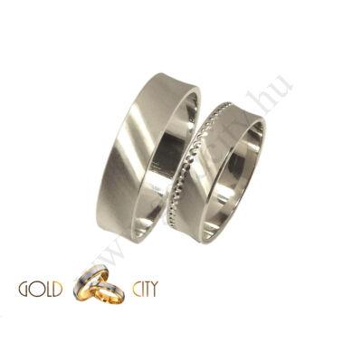 Fehér arany karikagyűrű véséssel díszítve az Ékszer Webáruházból.
