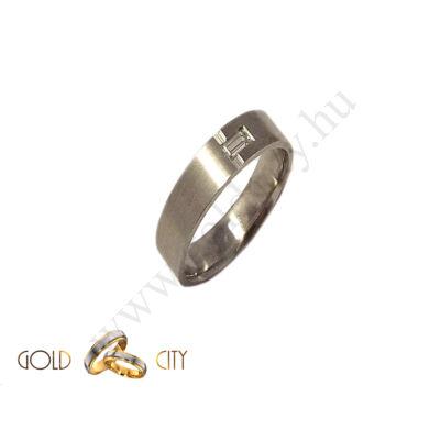 Fehér arany karikagyűrű véséssel és kövekkel díszítve a Webáruházból.