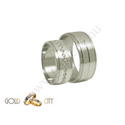 Modern, fehér arany karikagyűrű  kövekkel díszítve.