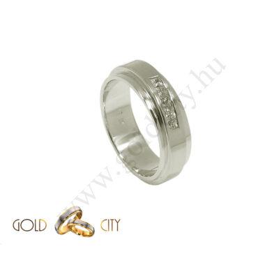 Modern, masszív kialakítású fehér arany karikagyűrű.