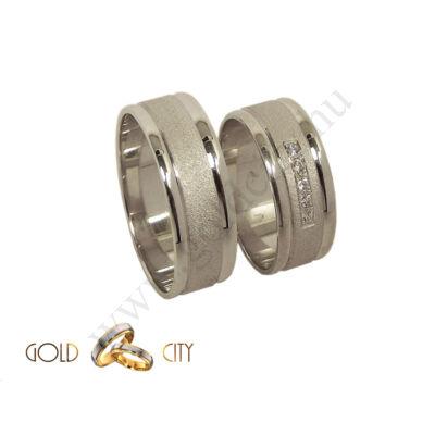 Modern, széles 14 karátos fehér arany karikagyűrű közepén matt, szélein fényes.