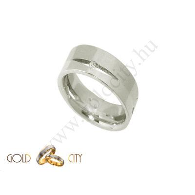 Áttört mintás fehér arany karikagyűrű, a női változat kövekkel díszítve.