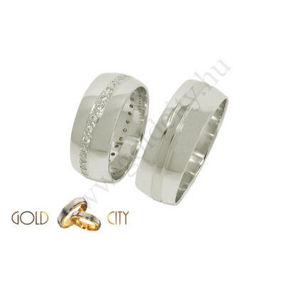 Széles mutatós fehér arany karikagyűrű a női kövekkel.