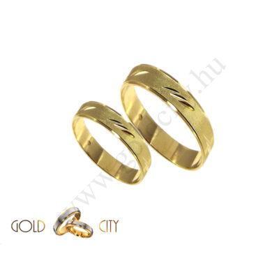 Véséssel díszített sárga arany karikagyűrű.
