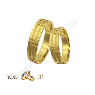 Mélyen mart mintával díszített 14 karátos sárga arany karikagyűrű
