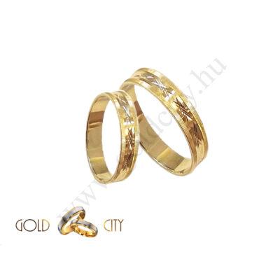 Sárga arany karikagyűrű vésett mintával.