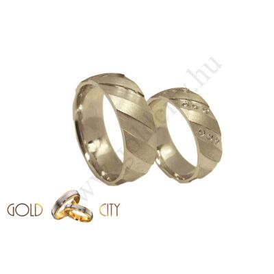 Fehér 14 karátos arany karikagyűrű, mélyen vésett mintával.
