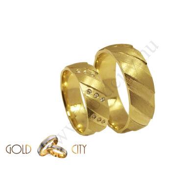 Mélyen vésett mintával díszített 14 karátos sárga aranyból készített karikagyűrű