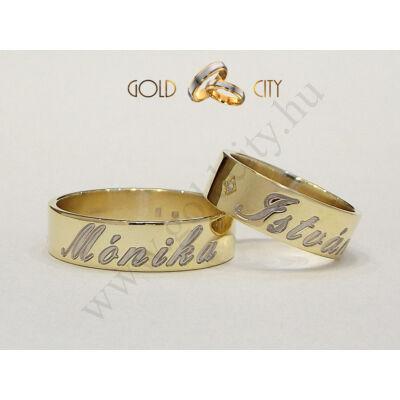Sárga arany karikagyűrű mélyen mart mintával.